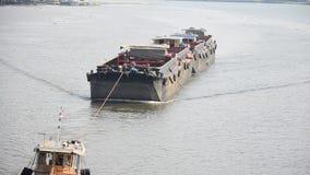 Aak en Sleepbootvrachtschip die in Chaophraya-rivier varen stock footage