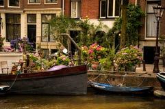 Aak langs een Kanaal van Amsterdam wordt vastgelegd dat stock foto