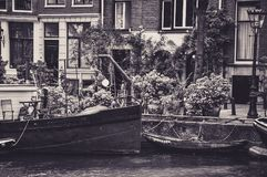Aak langs een Kanaal van Amsterdam wordt vastgelegd dat stock fotografie