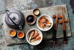 Aal auf Reis mit Soße und indischer Sesam und Tee Lizenzfreies Stockfoto