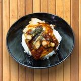 Aal auf Reis unagi in einer Schüssel auf Holztisch Stockfotos