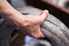 Aal hielt durch chinesischen Mann auf Fischmarkt Stockbild