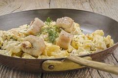 Aal mit durcheinandergemischten Eiern in einer Messingwanne Lizenzfreies Stockfoto