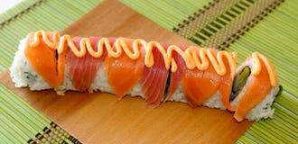 Aal-Sushi-Rolle auf einem Bambusblatt Stockfotos