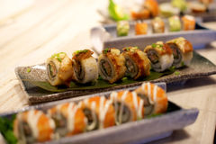 Aal-Sushi-Servierplatte Stockbilder