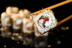 Aal und rote Kaviarsushi auf Stöcken Lizenzfreie Stockfotografie
