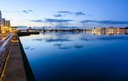 Aalborg-Hafen - Abend in der blauen Stunde Lizenzfreie Stockbilder