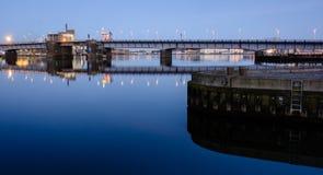 Aalborg-Hafenbrücke - Abend in der blauen Stunde Lizenzfreies Stockfoto