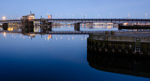 Aalborg hamnbro - afton i den blåa timmen Royaltyfri Foto