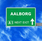 AALBORG-Verkehrsschild gegen klaren blauen Himmel Lizenzfreies Stockbild