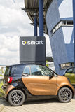 Aalen, Deutschland, am 7. Juni 2015: Smart, das auf einem Verkaufsstellelos steht Stockfoto