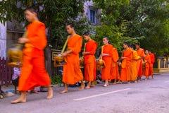 Aalmoes die ceremonie in Luang Prabang geven Stock Fotografie
