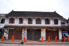 Aalmoes die ceremonie in Luang Prabang, Laos geven Stock Afbeelding