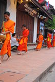 Aalmoes die ceremonie in Luang Prabang, Laos geven Royalty-vrije Stock Foto