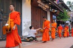 Aalmoes die ceremonie in Luang Prabang, Laos geven Royalty-vrije Stock Fotografie