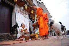 Aalmoes die ceremonie in Luang Prabang, Laos geven Royalty-vrije Stock Foto's