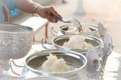 Aalmoes-gevend voor een monnik, maak verdienste Royalty-vrije Stock Foto