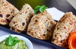 Aaloo Paratha oder Kartoffel angefüllter Flatbread Lizenzfreie Stockfotos
