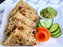 Aaloo Paratha oder Kartoffel angefüllter Flatbread Stockbild