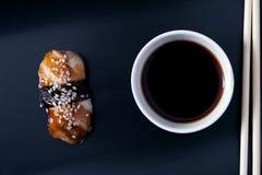 Aalsashimi, Sojasoße und Essstäbchen, Draufsicht Stockfotos