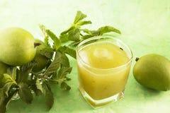 Aam潘纳或被盐溶的绿色芒果汁 库存图片