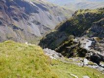 Aan bergkant door steengroeve met neer hieronder weg royalty-vrije stock foto's