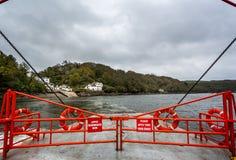 Aan boord van Bodinnick-Auto en Passagiersveerboot kruisingsfowey Haven in Fowey, Cornwall, het UK royalty-vrije stock foto