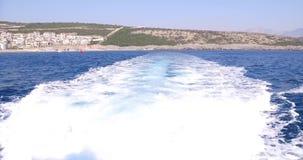 Aan boord van een jacht die op overzees navigeren vawes