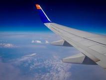 Aan boord van op een vlucht over de wolken Royalty-vrije Stock Fotografie