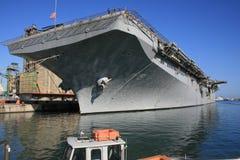 AAN BRAND: De zee Post van de Lucht. Vliegdekschip in de Haven. Het verstrekken met brandstof. Tank van het Water van het reservoi Stock Fotografie
