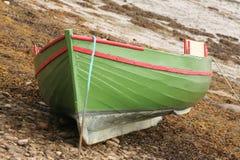 Aan de grond gezete boot Stock Afbeelding