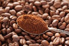 Aan de grond gezete koffie in uitstekende zilveren lepel met koffiebonen Royalty-vrije Stock Afbeelding