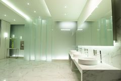 Aan de kant van spiegel, bassin en tapkraan stock afbeeldingen