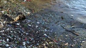 Aan de kust slaat een groot aantal van divers afval van activiteit van de persoon Huisvuil bij de kust van Vietnam verontreinigin stock video