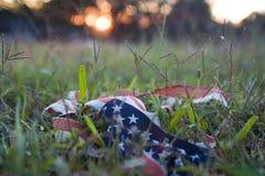 Aan flarden vlag bij zonsondergang Royalty-vrije Stock Foto