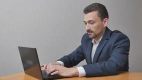 Aan laptop werken en zakenman die kalmeren stock videobeelden