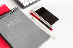Aan-maken van in een notitieboekje op het bureau een lijst Royalty-vrije Stock Foto's
