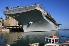 AAN Post van de Lucht van de BRAND ° de Zee. Vliegdekschip in de Haven. Het verstrekken met brandstof. Tank van het Water van het  Stock Fotografie