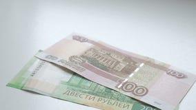 Aan tellingsgeld De bankbiljetten van de handenhertelling op een witte lijst De mensenhand maakt Russische nominals 200 op van ro stock footage