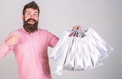 Aanbevelingsconcept Kerel die op verkoopseizoen winkelen, die op zakken richten Hipster op het glimlachen gezicht adviseert te ko royalty-vrije stock foto's