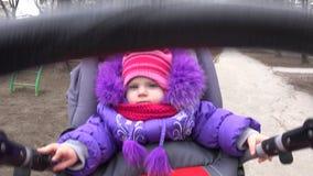 Aanbiddelijk, Aantrekkelijk Weinig Babymeisje in Kinderwagen 4K UltraHD, UHD stock video
