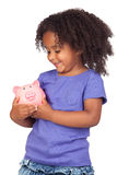Aanbiddelijk Afrikaans meisje met piggy-bank stock afbeeldingen