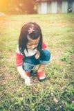 Aanbiddelijk Aziatisch meisje die aard ontdekken en in openlucht met bri Royalty-vrije Stock Fotografie