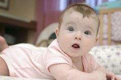 Aanbiddelijk babymeisje dat camera bekijkt Royalty-vrije Stock Afbeeldingen