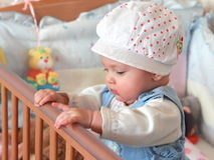 Aanbiddelijk babymeisje dat zich in bed bevindt Stock Fotografie