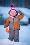 Aanbiddelijk babyspel op de winterspeelplaats stock afbeeldingen