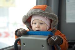 Aanbiddelijk babyverblijf op zetel in bus stock afbeelding