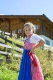 Aanbiddelijk Beiers meisje in een mooi berglandschap Stock Foto's