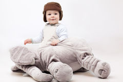 Aanbiddelijk de olifantsstuk speelgoed van de babyholding Royalty-vrije Stock Foto's