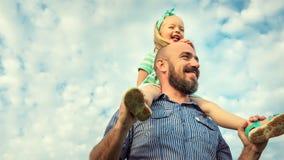 Aanbiddelijk dochter en vaderportret, gelukkig familieconcept Royalty-vrije Stock Afbeeldingen